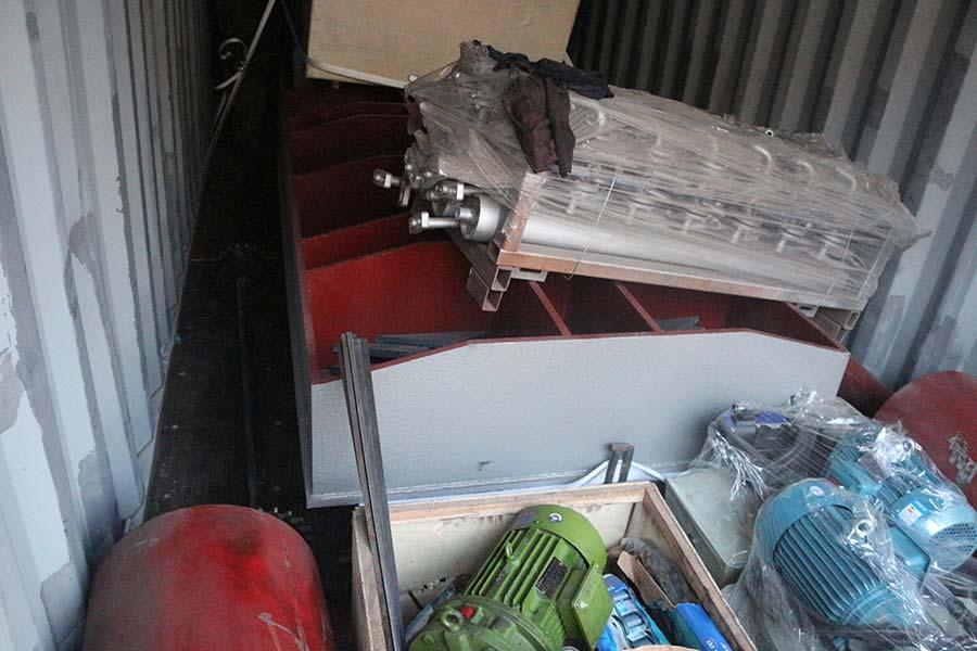 ponçage de contreplaqué et chargement de conteneur de machine de presse à chaud contreplaqué terminé